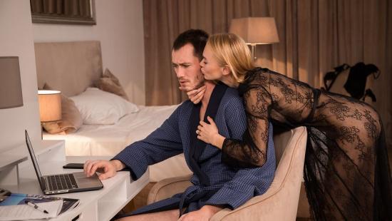 Муж и жена перед сном трахаются с поцелуями