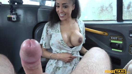 Таксист уломал мулатку красивую на необычный секс в авто
