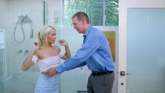 Миниатюрная блондинка делает эротический массаж клиенту