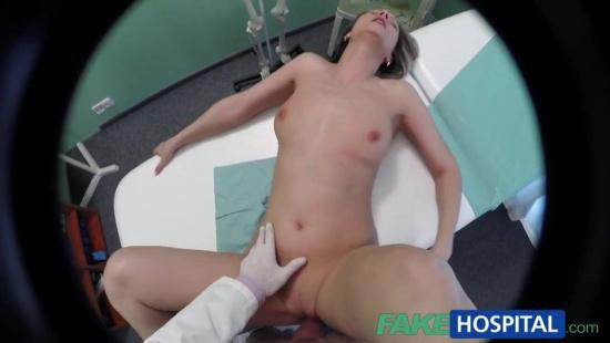 Врач чпокает пациентку на кушетке