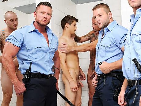 Менты грубо изнасиловали парня в тюрьме в первый день, реальные кадры из тюрьмы!