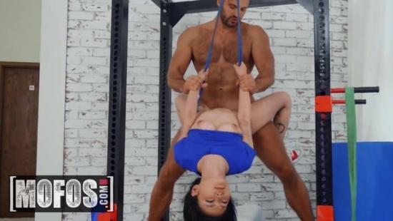 Тренер по йоге вертит на хую азиатку